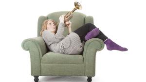 Flicka som spelar trumpet