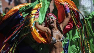 Dansare deltar i sambaparaden i samband med karnevalen i Rio.