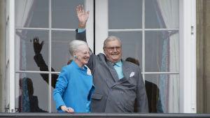 Drottning Margarethe och prins Henrik vinkade från balkongen i Amalienborgs slott i samband med drottningens 76-årsdag i april 2016.