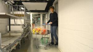 May Ahlqvist med kantinvagnen.