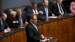 Juha Sipilä i plenisalen.