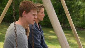 Mildred sitter i gungan med sonen Robbie (Lucas Hedges - aktuell även i Oscarsfilmen Lady Bird).