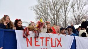 Utklädda abiturienter på lastbilsflak i Lovisa