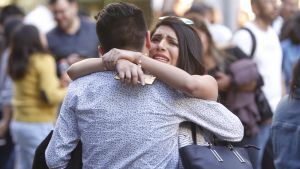 Mexikansk kvinna kramar en man efter jordskalvet den 16 februari.