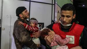 Skadade barn vårdas på ett sjukhus i Douma i östra Ghouta