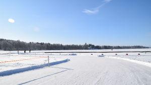 Snö på en isig sjö.