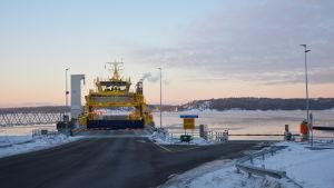 Hybridfärjan Elektra ligger vid Lillmälö färjfäste på vintern