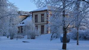 I den här byggnaden var de ryska soldaterna internerade i Nykarleby