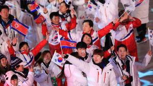 Sydkoreanska och nordkoreanska representanter under OS-avslutningen.