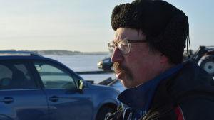 Mats sund i närbild. i bakgrunden ser man flera bilar ute på isen.