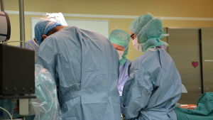 Vårdpersonal utför hjärtoperation