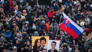 Demonstranter i Bratislava på fredagen, i sympati för mördade Jan Kuciak.