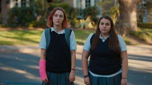 Saoirse Ronan ja  Beanie Feldstein elokuvassa Lady Bird.