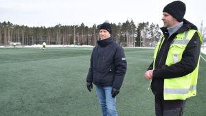 Raseborgs fritidschef Reino Kärkkäinen och ansvariga parkchefen Joakim Mäkelä på den uppvärmda konstgräsplanen i Karis som är grön den 6 mars 2018.