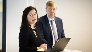 Undervisningsrådet Kristiina Laitinen i förgrunden, Utbildningsstyrelsens förvaltningsdirektör Matti Lahtinen i bakgrunden.