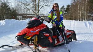 Carolina Wärn sitter på en snöskoter hemma i Esse.
