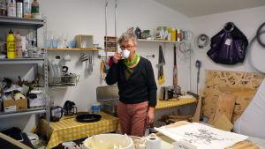 Konstnär Ylva Holländer i sitt arbetsrum