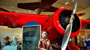 Amelia Earharts Lockheed Vega står idag på nationella rymd- och flygmuseet i Washington.