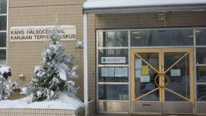 Bild på ytterdörren till Karis hälsocentral.