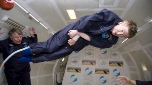 Stephen Hawking testar en tyngdlöshetssimulator.