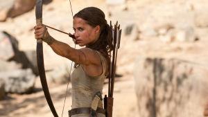 Lara Croft spänner bågen.