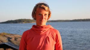 Porträtt på journalisten Lina Laurent i skärgårdsmiljö