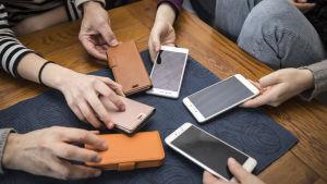 Kännykäitä pöydällä