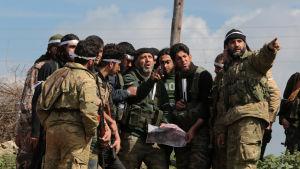 Proturkiska rebeller, män i militära kläder står och diskuterar i en halvcirkel.