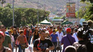 Tuhannet ihmiset ylittämässä rajasiltaa Venezuelasta Kolumbiaan.
