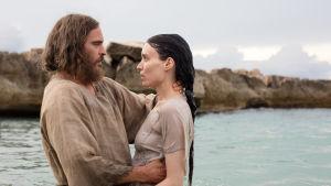 Jesus döper Maria Magdalena i sjön.