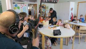 Superhjälparnas programledare Jontti Granbacka snickrar fågelholkar tillsammans med barn från Hakalax daghem