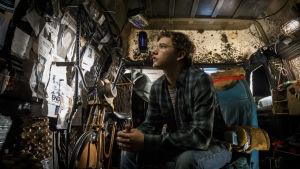 Wade Watts i sitt stökiga rum.
