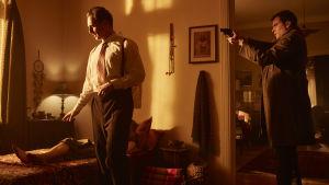 Kriminalpolis Anders Olsen hotar Bjørn Schouw Nielsen med pistol i filmen The Guardian Angel.