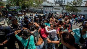 Anhöriga drabbade samman med polis efter en brand i ett polishäkte i Valencia, Venezuela 28.9.