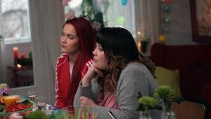 Sanni Kurkisuo ja Hanna Kinnunen istuvat brunssipöydän äärellä.