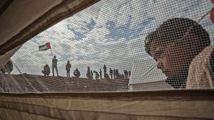 Ett palestinskt barn utanför en tältstad nära Khan Yunis 30.3.2018.