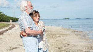 John och Ella på stranden.