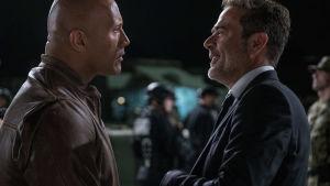 Jeffrey Dean Morgan och Dwayne Johnson ansikte mot ansikte.