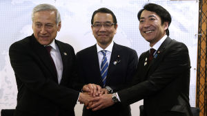 Japans handelsrepresentanter Takao Ochi och Toshinao Nakagawa skakar hand med Chiles utrikesminister Heraldo Muñoz efter att TPP-avtalet undertecknades i Chile