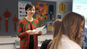 Läraren Fei Lu lär kinesiska i skolklass i Rovaniemi