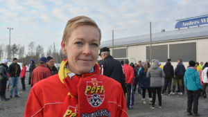 Monica Eklund-Laurila stöder bollhallen i Pedersöre