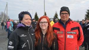 Tina Slätbacka, Jennifer Slätbacka, Kjell Olav Lillrank hade samlats i Bennäs för att stöda bollhallsprojektet