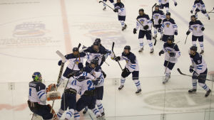 Finlands U18-landslag firar seger.