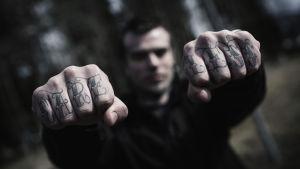 """David har tatuering på knogarna: Det står """"care less"""""""