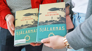 Händer håller i böcker