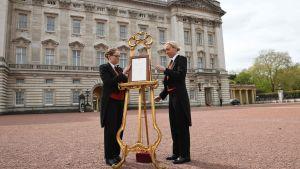 Den nya brittiska prinsens födelse kunggörs officiellt vid Buckingham Palace.