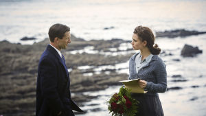 Juliet och fästmannen Mark på stranden.