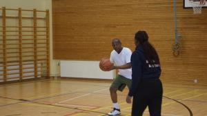 Evariste Habiyakare spelar basket