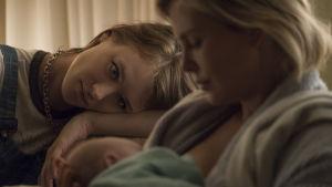 Marlo ammar sin baby med sköterskan Tully vid sin sida.
