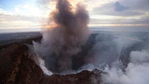 Vulkankratern Puʻu ʻŌʻō på Kilauea spyr ut aska, lava och ånga som utgöra en fara för människor i området